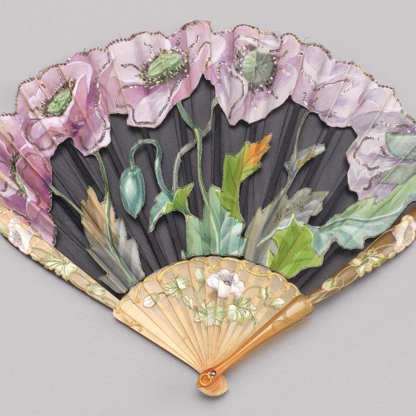 Ventilador dobrável de seda pintada e folha de cutwork líquida, ca. 1900