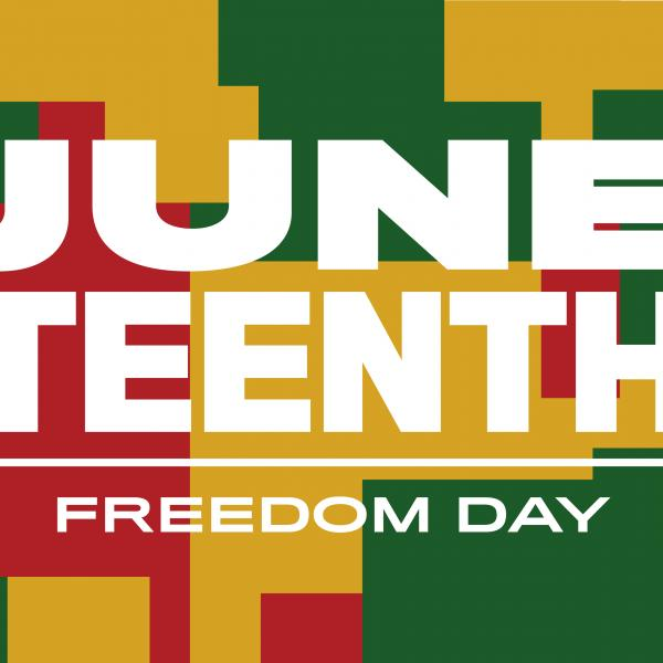 Une image de bannière avec les titres de titres Juneteenth et Freedom Day sur un fond de formes abstraites dans les couleurs rouge, vert et jaune.