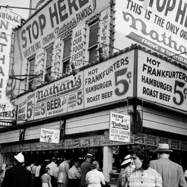 Andrew Herman, Federal Art Project (sd). Stand de hot-dogs de Nathan, Coney Island, juillet 1939. Musée de la ville de New York. 43.131.5.13