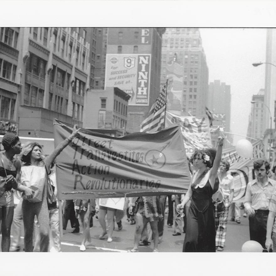 Les membres des Street Transvestites Action Revolutionaries brandissent la bannière du groupe alors qu'ils se joignent à la marche de la libération de Christopher Street en 1973.