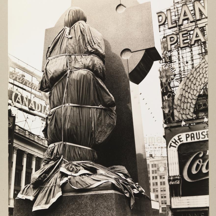 Berenice Abbott (1898-1991). Padre Duffy, Times Square, 14 de abril de 1937. Museu da cidade de Nova York. 40.140.77