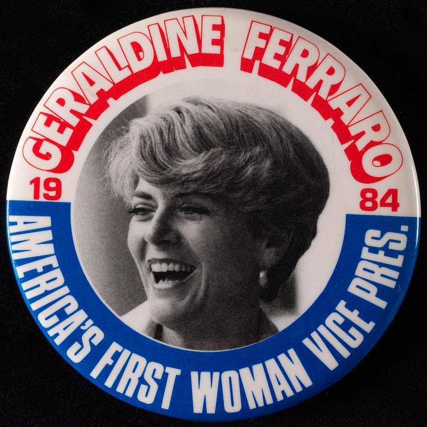 """Botón con una foto de una mujer en el medio, y """"Geraldine Ferraro / Vicepresidenta de la Primera Mujer de Estados Unidos / 1984"""" alrededor del borde"""