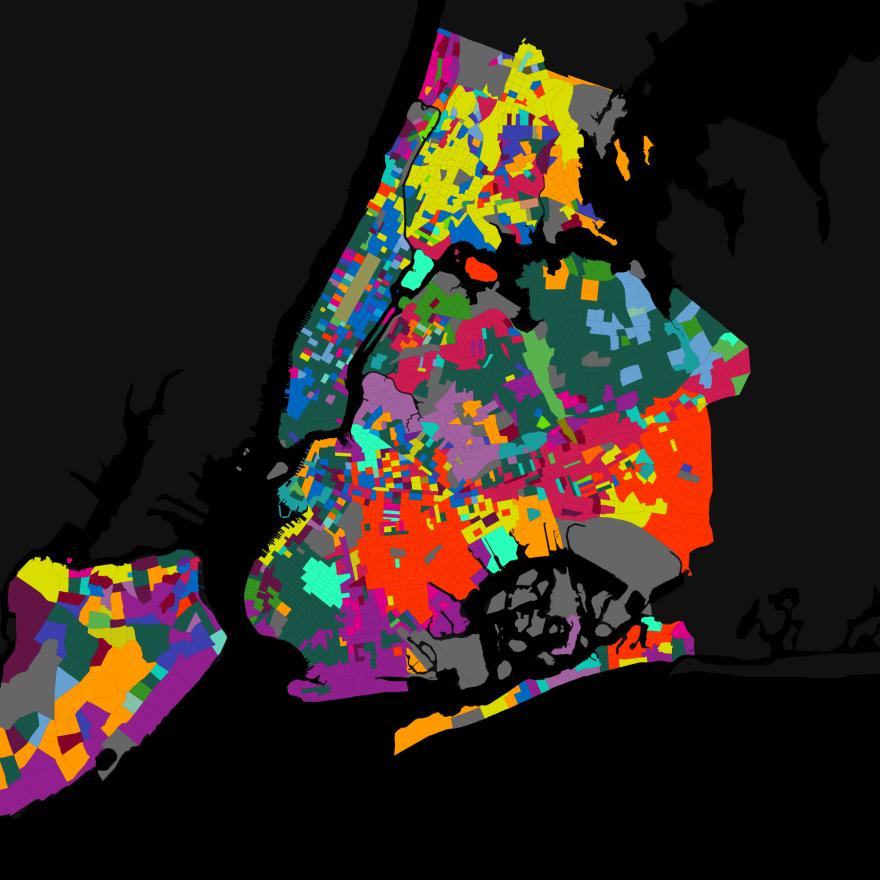 纽约市地图,包括外城区。 彩色部分标记每个位置使用的不同语言。