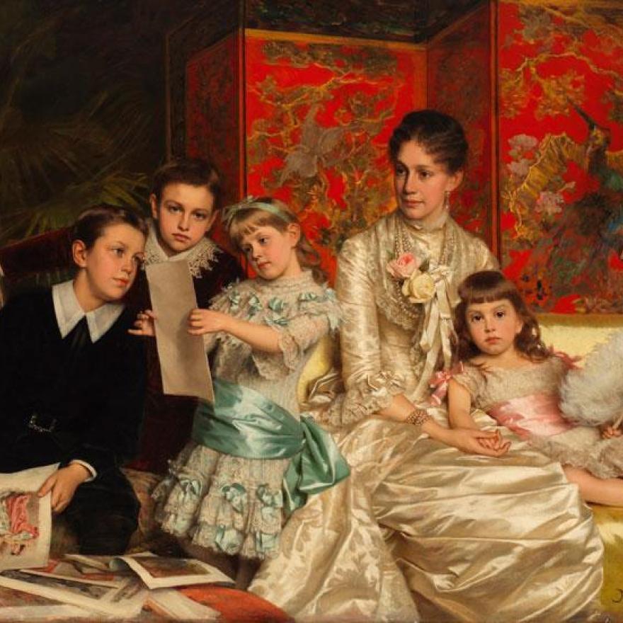 プリントを見ているXNUMX人の子供の絵、ソファの上に座って見ている女性、彼女に寄りかかっている少女