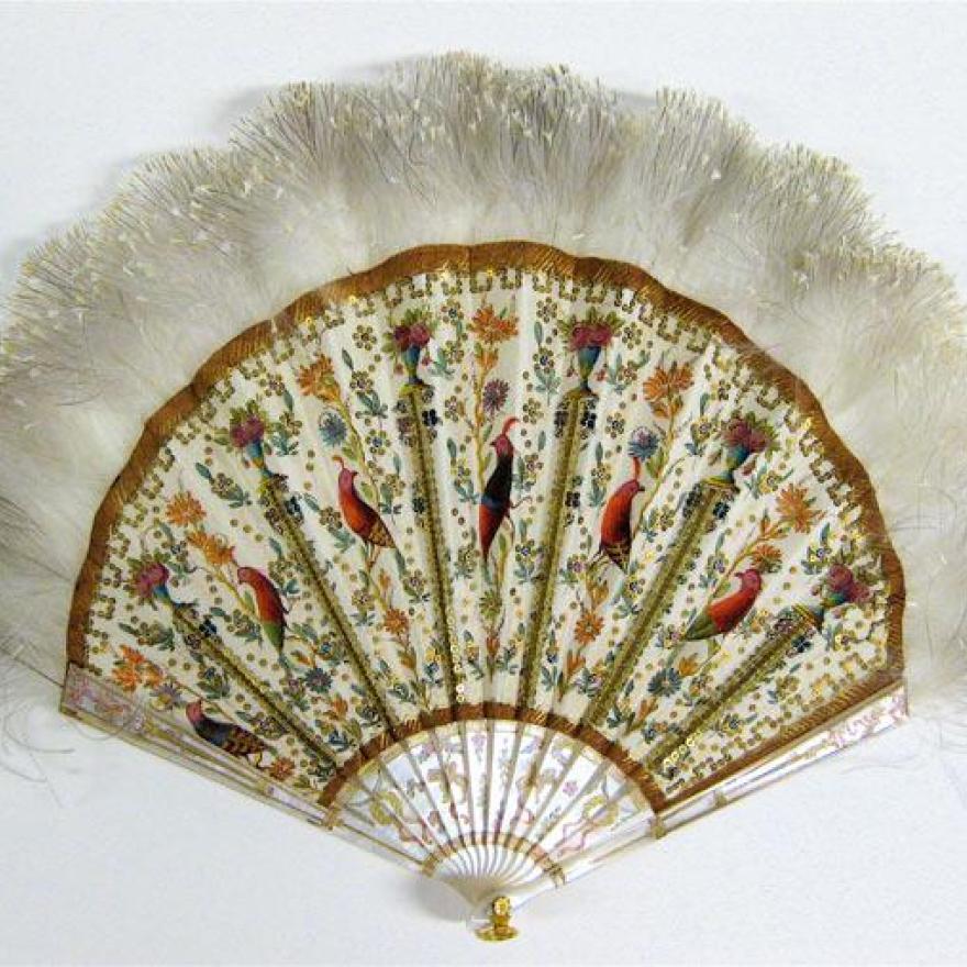 风扇由白色棍棒制成,肋骨之间的织物上绘有详细的鸟类和花朵,顶部有羽毛
