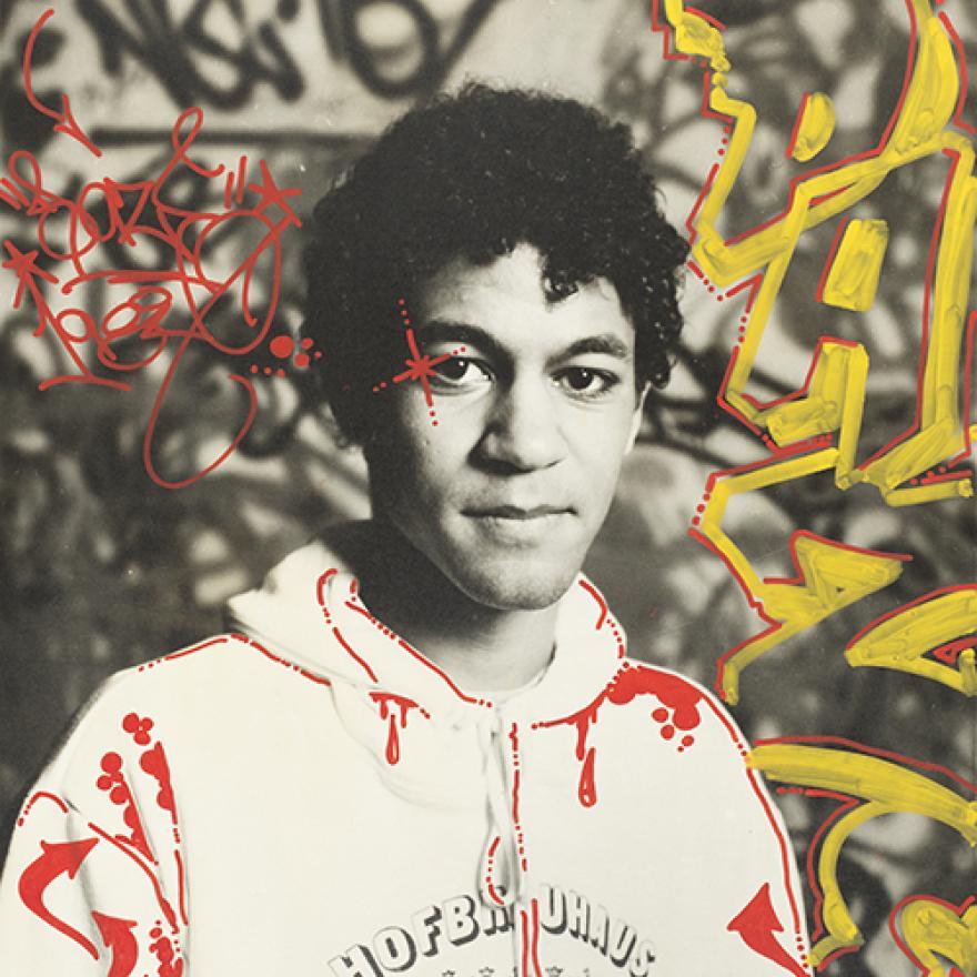 """Retrato de Daze. Fotografia de Tom Warren, marcada por Christopher """"Daze"""" Ellis 1983. Acrílico sobre impressão de prata gelatina."""