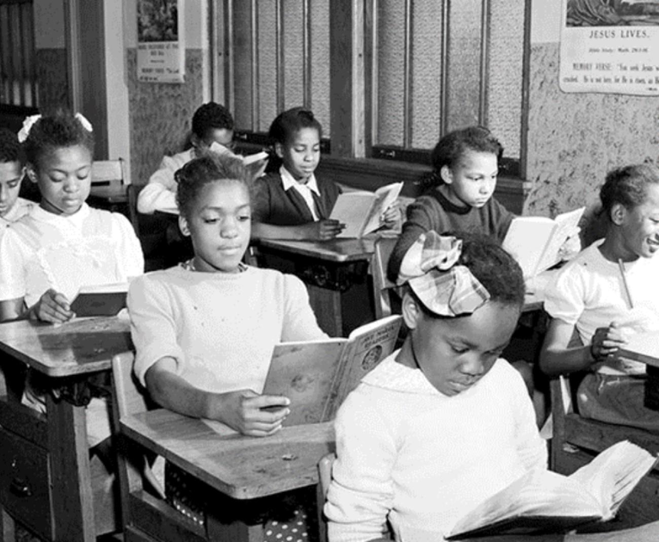 교실에서 학생의 흑백 사진