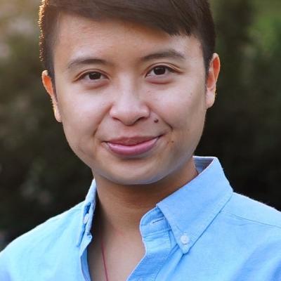 Uma fotografia do poeta e estudioso huiying b. chan. huiying usa uma camisa azul e está ao sol.