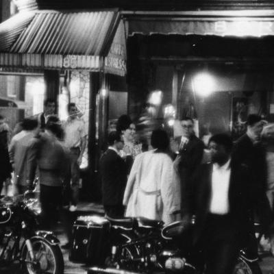 Photographie de Fred W. McDarrah d'une foule remplie de mouvement à l'extérieur du Caffe Borgia dans le village de Greenwich