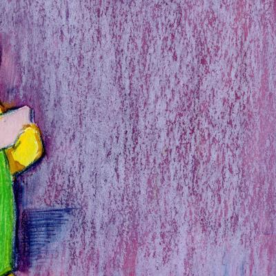 与金玩具熊的紫色背景。 熊身穿绿色工作服,紫色口袋,手拿一张便条纸