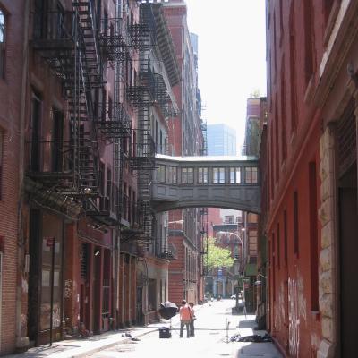 뉴욕 트라이 베카 거리 한가운데있는 두 사람