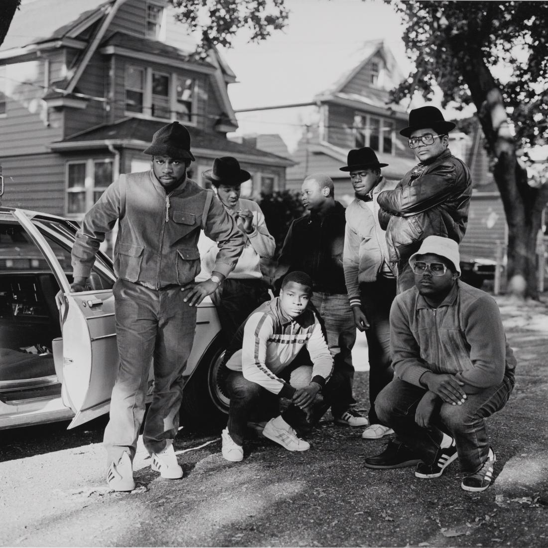 Queens의 Hollis에서 자동차 옆에서 포즈를 취하는 남성 그룹과 함께 DMC를 실행하세요.