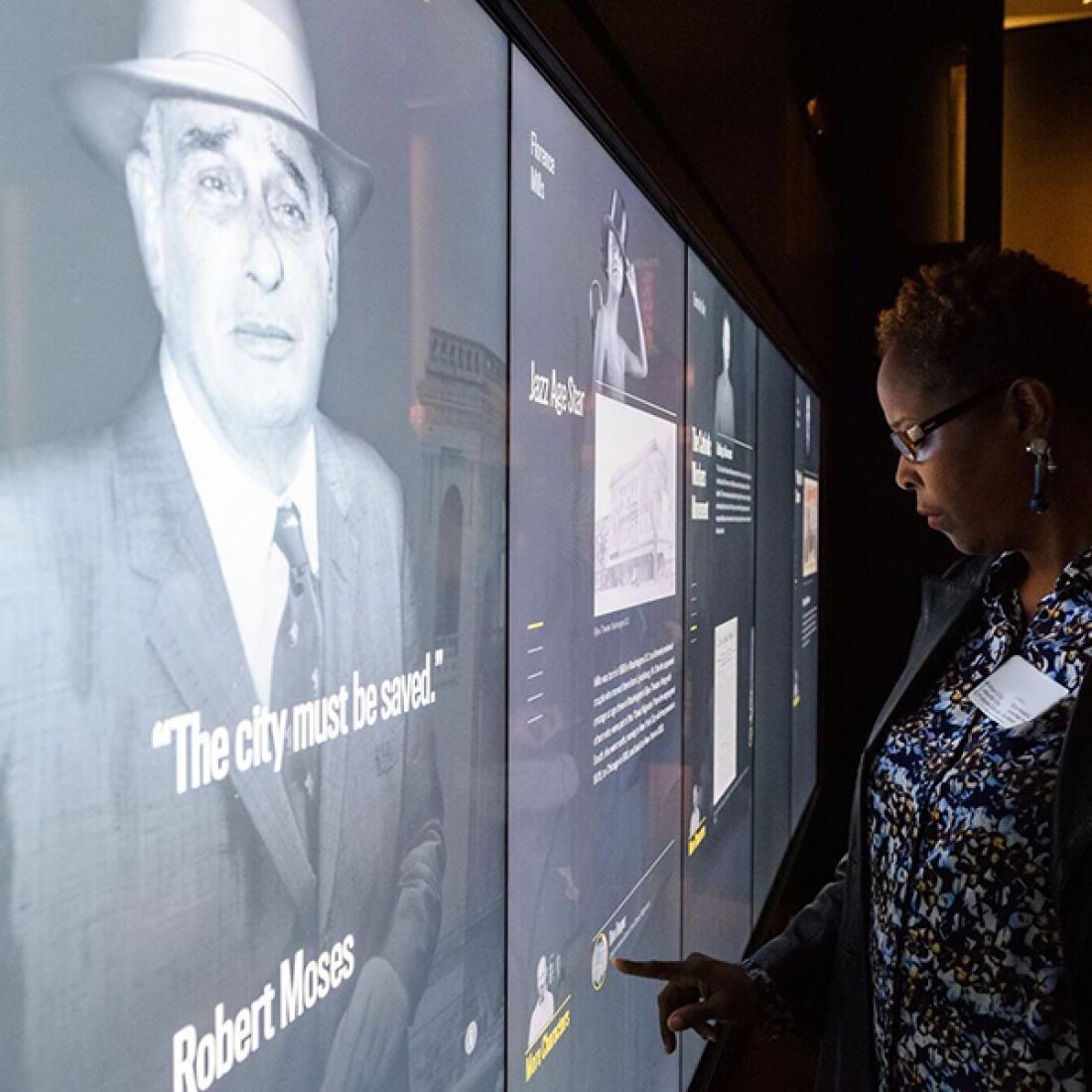 教育人员检查触摸屏,以显示纽约市过去人们的故事。