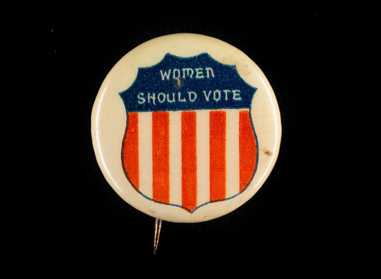 Bouton de vote des femmes qui dit «Les femmes devraient voter» avec une image de bouclier avec la coloration rouge, blanche et bleue du drapeau américain.