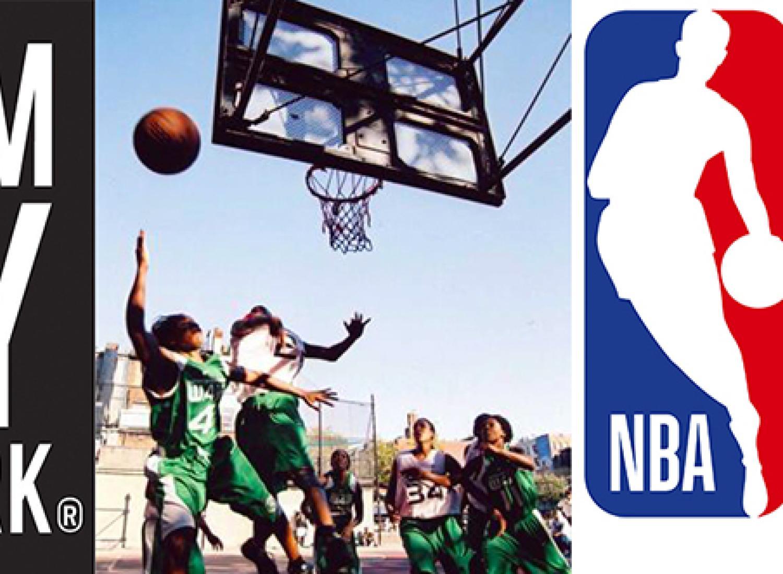 Trois images consécutives, montrant le logo du musée de la ville de New York; Un groupe de jeunes femmes joue au basketball au West 4th Court à New York. Logo de NBA Math Hoops