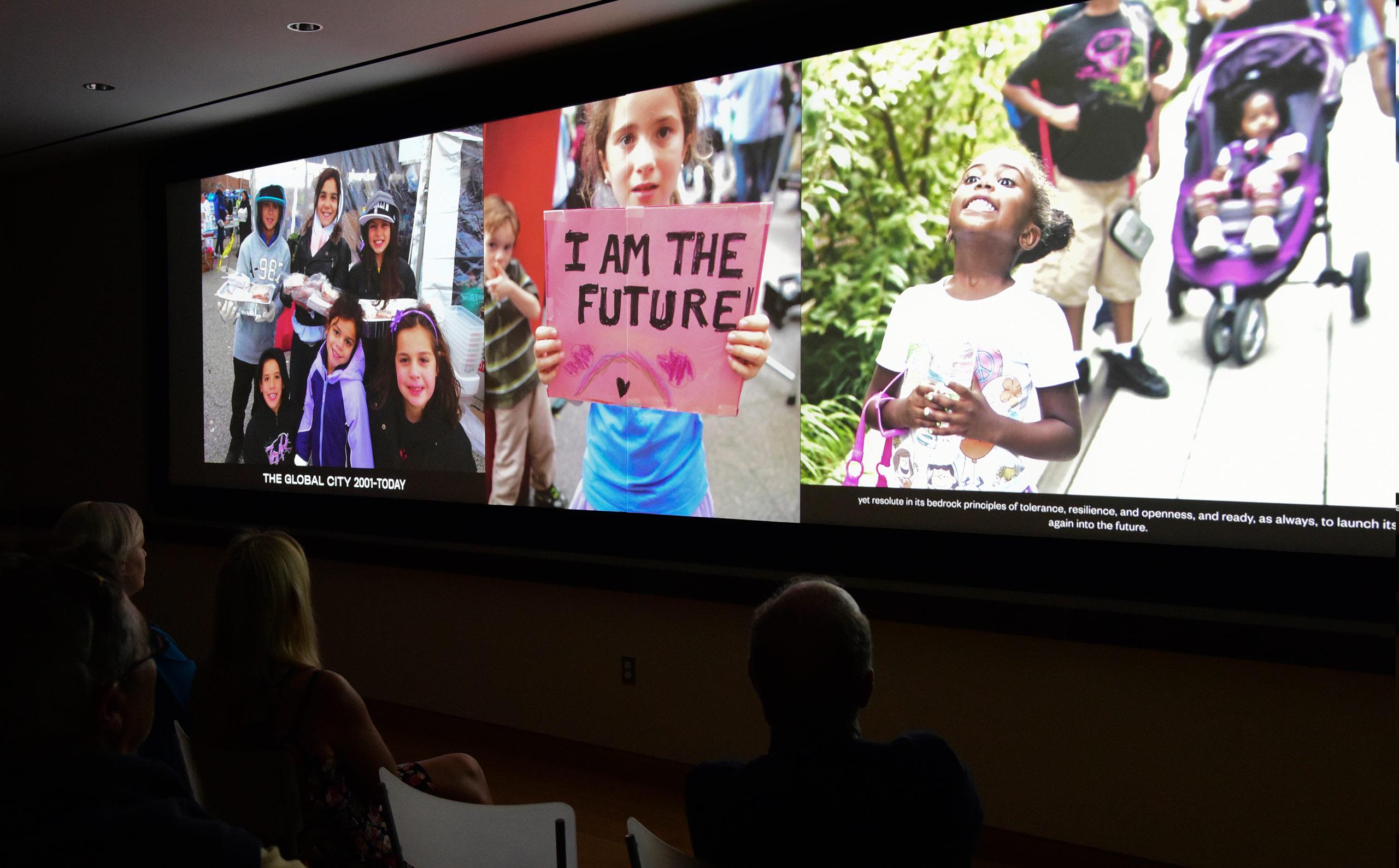 Visitantes assistindo o filme Timescapes em um teatro no Museu da cidade de Nova York