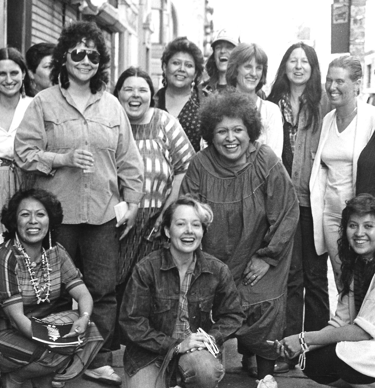 Artistes de l'exposition, Women of Sweetgrass, Cedar and Sage, amis et membres de la communauté devant la galerie American Indian Community House, 1985. Photo de Jesse Cooday.